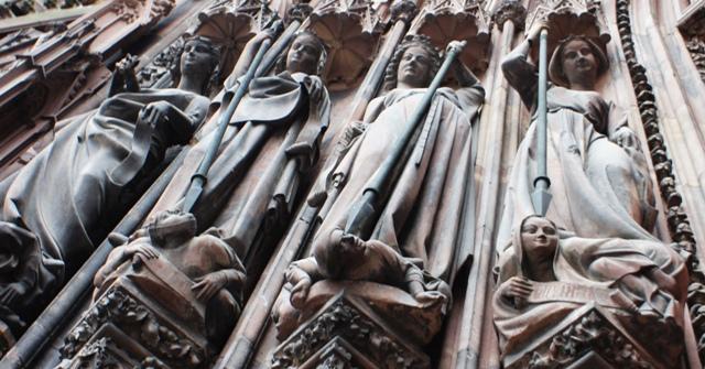 Добродетелите побеждават пороците. Катедралата в Страсбург, западна фасада. Краят на XIII век
