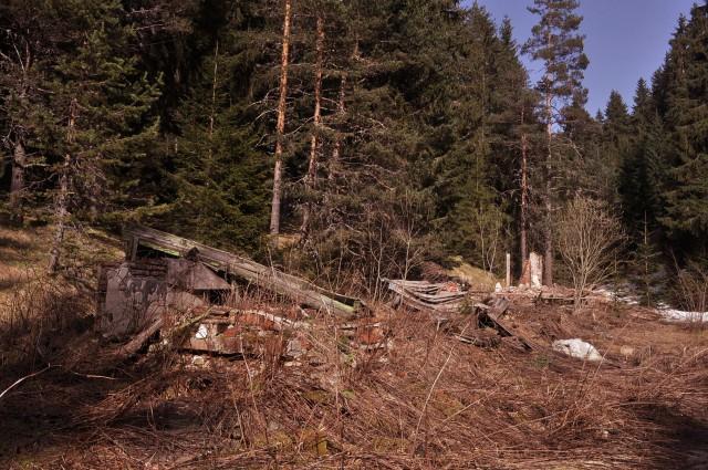 Останките от неосъществения курорт Овнарско край Говедарци. Без модел за развитие планинските райони рискуват с безперспективни инвестиции